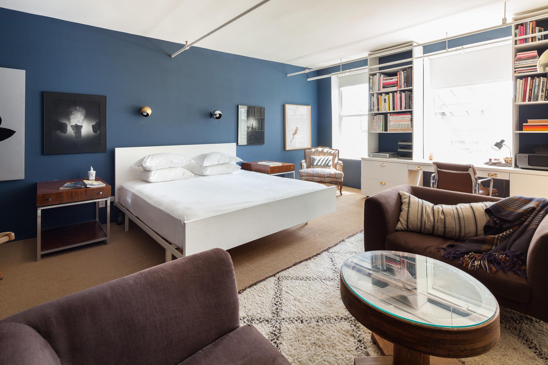 Hitta inspiration stort sovrum med säng och två soffor med ...