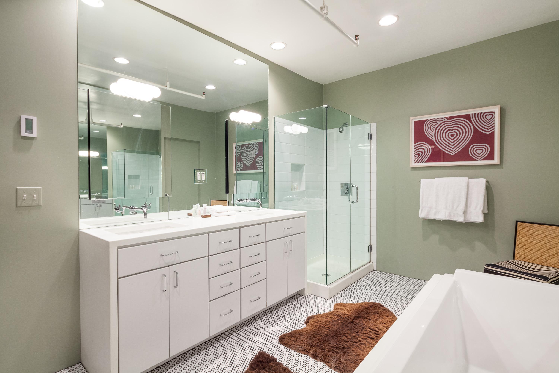 Hitta inspiration Renoverat badrum med badkar och dusch. Ljusgrön ...